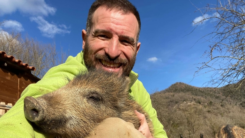 Ismael abraçant un porc senglar